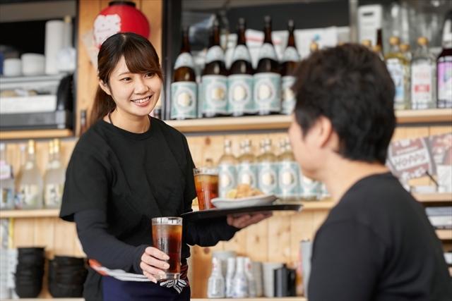 居酒屋で接客する女性